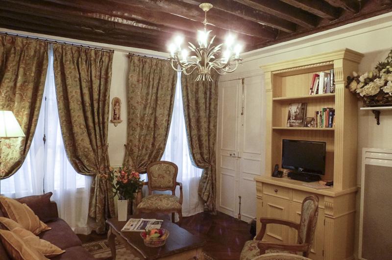06-le-gourmand-du-maubert-salon-and-tv-on-bookcase-800