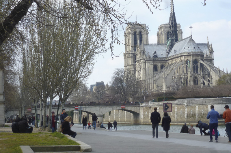 strolling-on-the-banks-of-the-seine-800